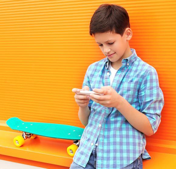 [Visie - ANP - foto kids met smartphone